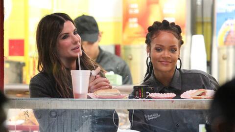 Rihanna y Sandra Bullock comen hot dogs y papitas