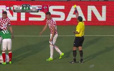 Tarjeta amarilla. El árbitro amonesta a Borna Barisic de Croatia