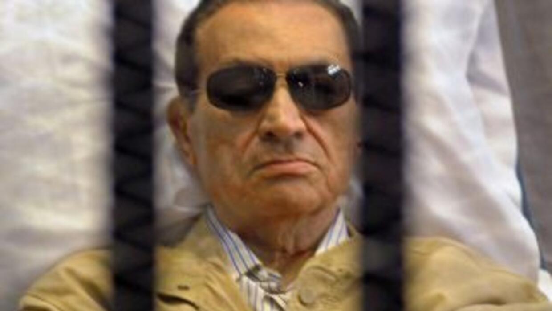 Mubarak, tumbado en una camilla detrás de los barrotes del box de los ac...