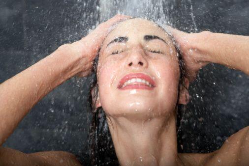 Si no sueles ducharte con agua fría, puede que la primera vez te sea muy...