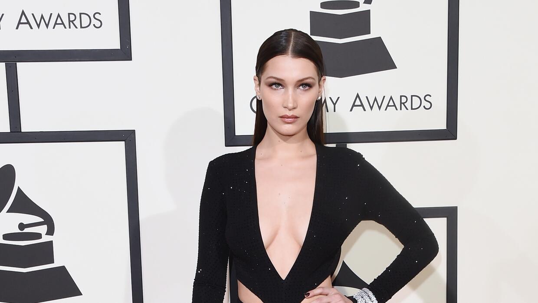 Bella Hadid en su vestido gótico en los Grammys.