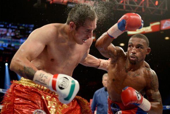 J'León Love derrotó por deciisón unánime a Marco Antonio Peribán en la p...