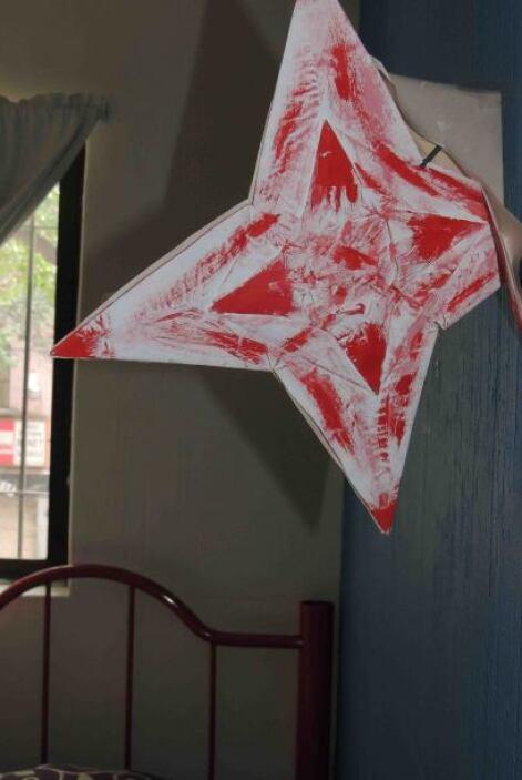 Esta estrella de papel la hizo él mismo y está en una de las esquinas de...