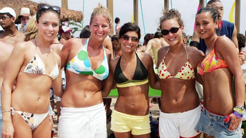 De todos modos, miles de jóvenes siguen acudiendo a las playas de Cancún...