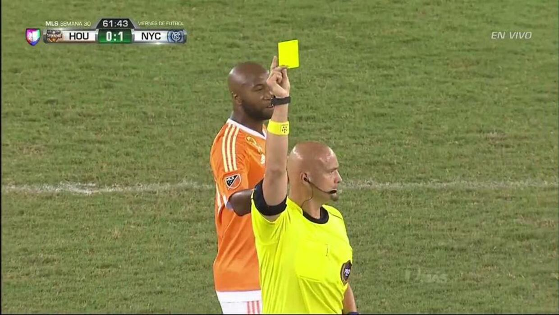Tarjeta amarilla. El árbitro amonesta a Thomas McNamara de New York City FC