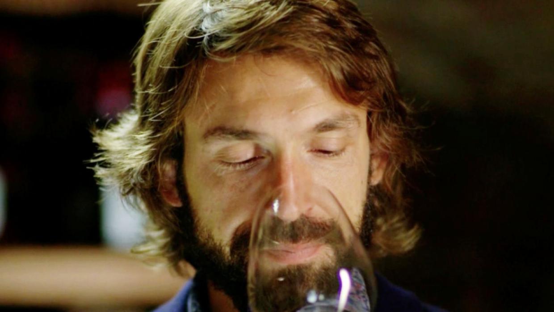 Andrea Pirlo toma vino