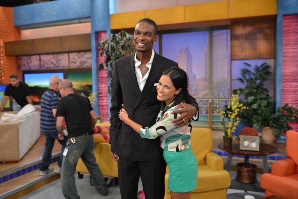 ¿Qué tal? Karlita recibió un abrazo de esta estrella del baloncesto.