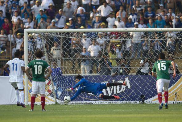 En otro de los juegos importantes del día, Guillermo Ochoa detuvo...