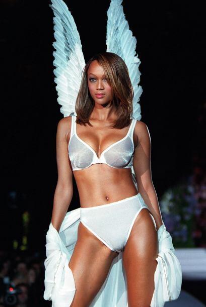 Pero la firma que la convirtió en la modelo más famosa de los 90´s fue V...