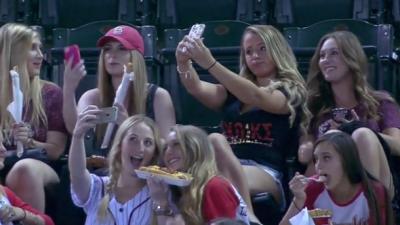 VIRAL: Jovencitas obsesionadas con selfies en juego de Dbacks CQQZWQ5U8A...