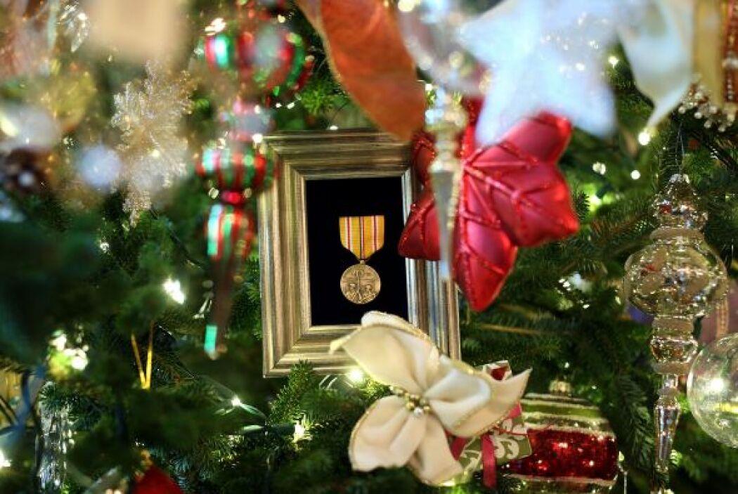 Las decoraciones que se seleccionaron para embellecer el árbol de la Cas...