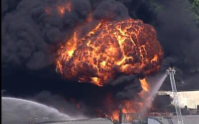 170 bomberos trabajaron por cuatro horas para vencer masivo incendio