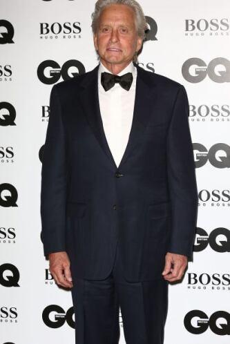 Muy elegante lució el actor, Michael Douglas, quien recibió el premio a...