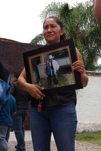 Esta mujer muestra la fotografía que alguna vez logró sacarse con su art...