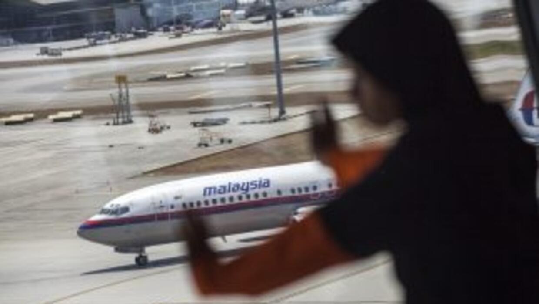 Familiares esperan por noticias del avión de Malaysia Airlines que desap...