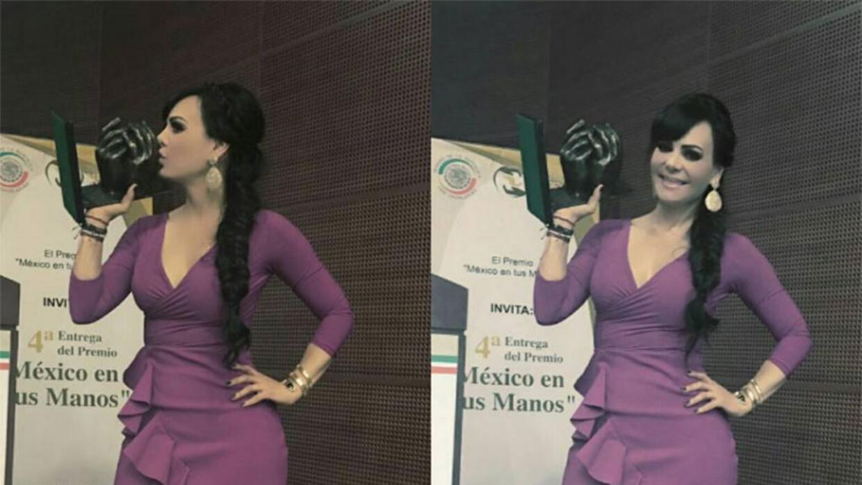 Maribel Guardia recibe el premio 'México en tus manos'.