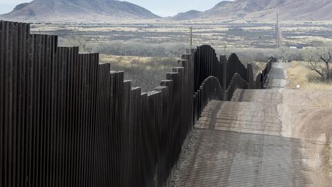 Cerca del puente fronterizo Nogales-Arizona fueron hallados a los hombre...