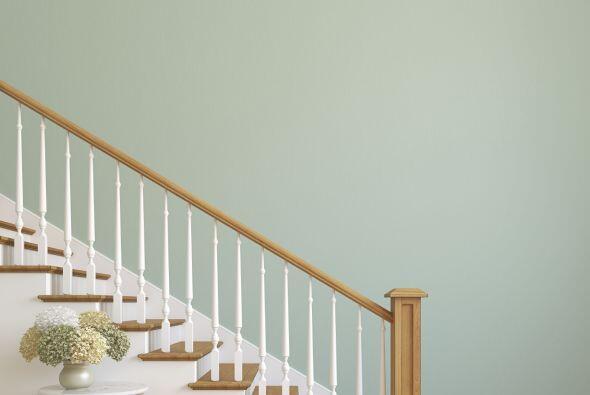 Acentos de color. Si tu escalera está pintada en tonos neutros como blan...