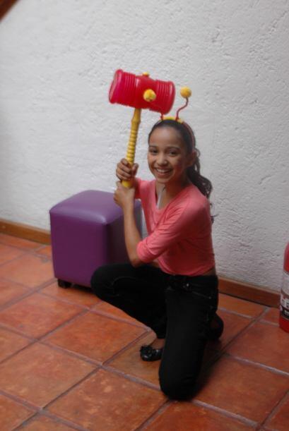 La pequeña bailarina posó como lo haría el mismísimo Chapulín Colorado.