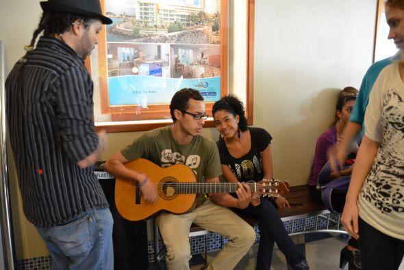 Canciones románticas y de Shakira se escucharon en los pasillos d...