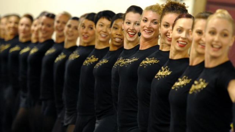 Las bailarinas rockettes se preparan para el espectáculo navideño de Nue...