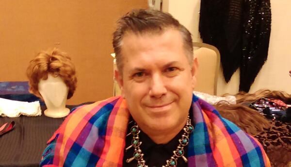 Jose Gutiérrez con una fotografía de José Sarria, usando su collar de tu...