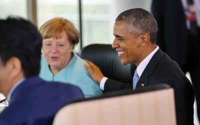 El presidente Barack Obama habla con la canciller alemana Angela Merkel...