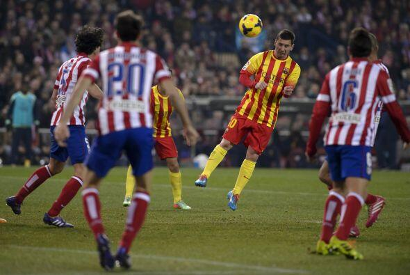 Messi también probó de cabeza.