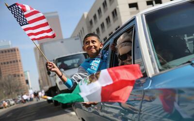 Un chico hispano celebra Cinco de Mayo en Denver, Colorado.