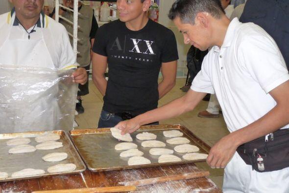 visitó las áreas en donde se fabrican escobas y pan. Emoci...