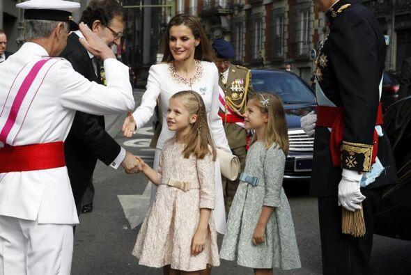 Antes de subir a un estrado junto a su esposa Letizia y sus hijas Leonor...