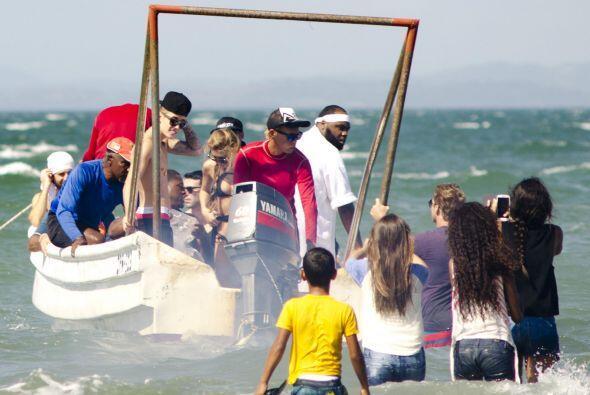 Algunas fans hasta se metieron al mar para acercarse más. Mira aquí lo ú...