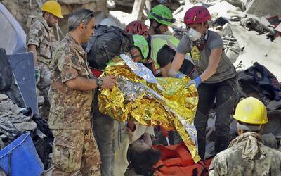 El cuerpo de una víctima es sacado de los escombros luego que un terremo...