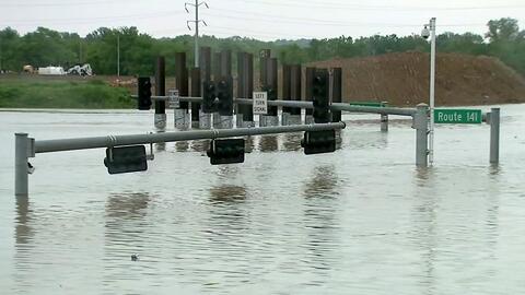 Peligrosas inundaciones mantienen en vilo a los que viven en el centro d...