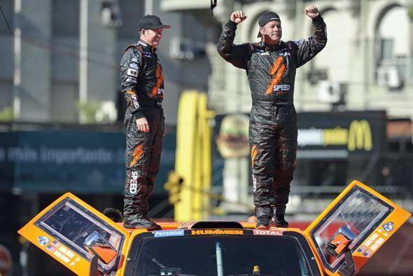 Robby Gordon (der.) y su co piloto Andy Grider saludaron desde el techo...