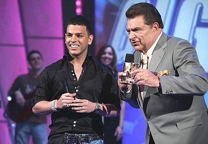 El cantante dijo que Sábado Gigante le ha dado suerte desde la pr...