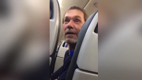 Pasajero expulsado de un avión de United Airlines tras realizar comentar...
