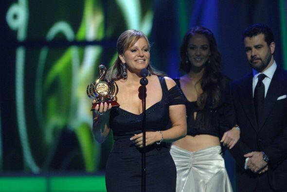 En 2009 se llevó los galardones Artista Femenina del Año y Artista Banda...