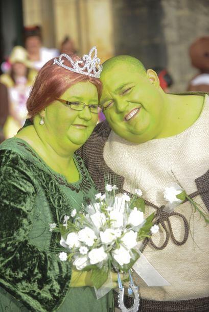 Apareció en la televisión el famoso personaje verde y ambos rieron al pe...
