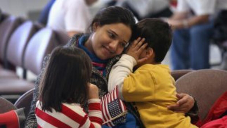 Cónyuges, hijos solteros menores de 21 años y padres indocumentados de c...