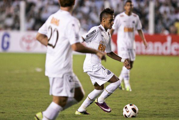Neymar es considerado la nueva joya del fútbol brasileño,...