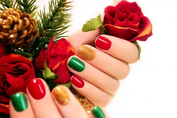 Colores navideños. Luce los colores de la temporada pintando cada uña de...