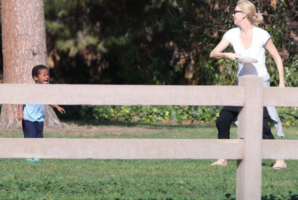 Disfrutaron de una tarde familiar jugando frisbee.