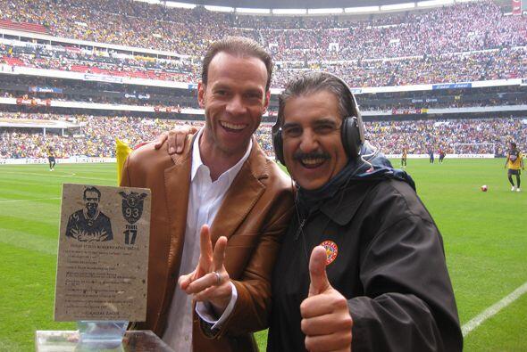 No pudo faltar en el estadio Azteca la foto con Zague.