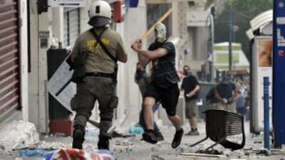 Policías y manifestantes chocaron en las calles de Atenas en el primer d...