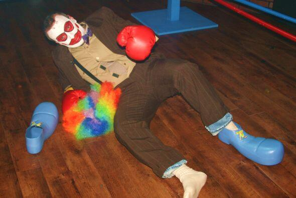 El pobre payasito cayó al piso por un 'knockout', hasta vio estre...