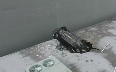 Un auto cayó desde el séptimo piso de un estacionamiento al techo de otr...