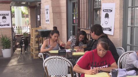 Activistas y familiares apoyan a los inmigrantes detenidos en el centro...