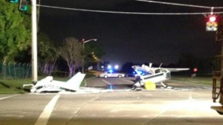 Esta avioneta se partió en dos cuando chocó en Pompano Beach. Foto corte...