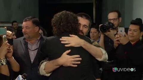 Carlos Vives le da un abrazo muy emotivo a Juanes ¡con lágrimas en los o...